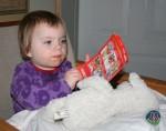 Anna sidder og ser Space Chimps