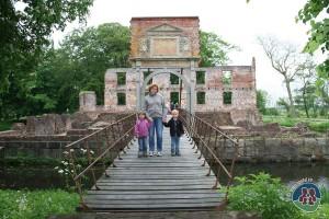 Elin, Anna og Mads foran Trøjborg Slotsruin